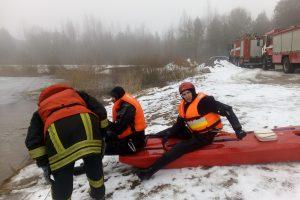 Ugniagesiams teko savo noru lįsti į ledinį vandenį