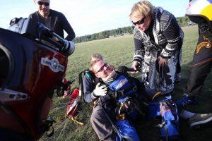 Unikalus šuolis parašiutu – nevaldantis kūno vilnietis įgyvendino svajonę