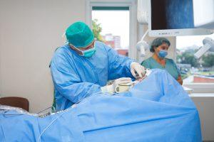 Kauno klinikose tarptautinė medikų komanda mokosi atlikti sudėtingas operacijas