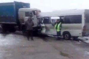 Rusijoje kaktomuša susidūrė mikroautobusas ir sunkvežimis, žuvo 10 žmonių