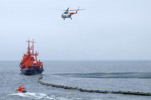 """Laivas """"Šakiai"""" Baltijos jūroje treniravosi šalinti naftos dėmes"""