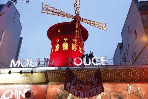 """""""Femen"""" protestavo ant Paryžiaus naktinio klubo """"Moulin Rouge"""" stogo"""