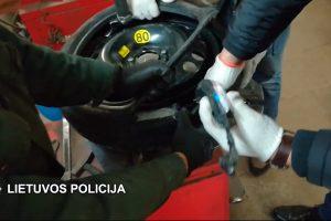 Narkotikus slėpė atsarginiame automobilio rate