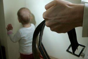 Sudavusi sūnėnui diržu kelmiškė atsidūrė areštinėje