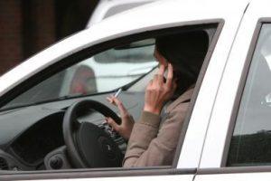 Keturi iš dešimties vairuotojų žvelgia ne į kelią, o į telefono ekraną
