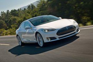 """Išvada: """"Tesla"""" autopiloto sistema iš dalies kalta dėl vyro žūties"""
