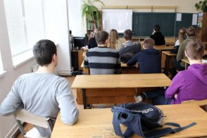 Eksperimentas: moksleiviai nusirašinėja mažiau, kai pasižada to nedaryti