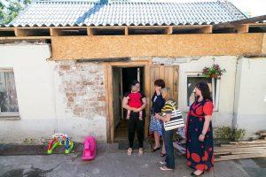 Mirus tėvams – našlaičiams liko kiauras stogas