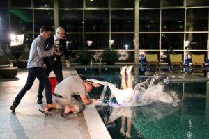 A. Ramanauskas-Greitai įmetė nemokančią plaukti gražuolę į baseiną