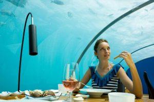 Beprotiškiausios pasaulio vakarienės: 50 m aukštyje ar spoksant į ryklius