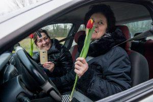 Vairuotojoms – šimtai tulpių iš pareigūnų rankų