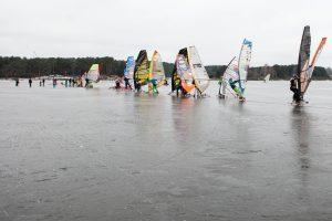 Atšilimas neišgąsdino: Kauno marių ledą raižo ledrogės