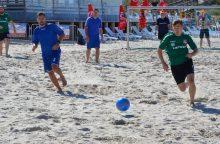 Paplūdimio futbolo turnyre mėgėjai galynėjosi su profesionalais