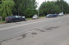 Baltų prospekte BMW vairuotojas rėžėsi į keturias mašinas