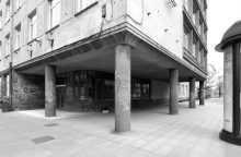 Aiškinsis, kas leido įstiklinti tarpukario pastato Gedimino prospekte fasadą