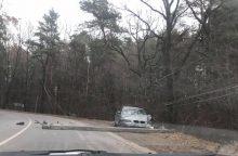 Ant Romainių kalno BMW nuskynė stulpą, vairuotojas paspruko