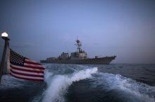 JAV karo laivas paleido įspėjamuosius šūvius į priartėjusį Irano laivą