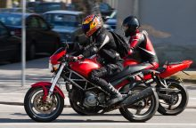 Konfliktas kelyje: supykęs vairuotojas tyčia sudarė kliūtį motociklui