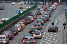 Įspėja dėl automobilių mokesčio: tai atsilieptų skaudžiai