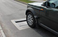 """Naujoviškas """"gulintis policininkas"""" moka slėptis asfalte"""