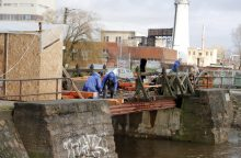 Pradėjo tiltelio remontą