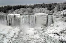 Įspūdingas žiemos reginys: užšalo Niagaros krioklys