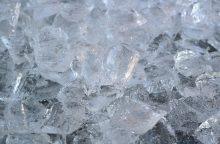 Kodėl kartais ledas būna skaidrus kaip stiklas, o kartais matinės baltos spalvos?