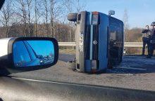 Eismo nelaimė greitkelyje: automobilis nusileido ant šono