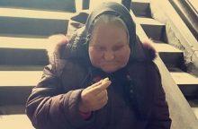 Kaunietė mergina prašo padėti alkstančiai močiutei