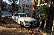 """Kauno centre """"Mercedes"""" kliudė pastato sieną"""