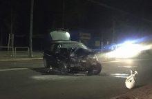 """Nakties avarija Kaune: """"Opel"""" rėžėsi į stulpą, sužaloti trys jaunuoliai"""