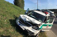 Vilniuje policijos automobilis susidūrė su dviračiu ir visureigiu