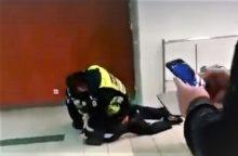 """Su """"Taser"""" sulaikytojo galvą talžęs pareigūnas nušalintas nuo tarnybos"""