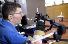 Beveik stebuklas: paralyžiuotas amerikietis vėl gali valdyti ranką