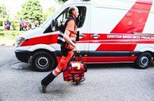 Viešnagė baigėsi liūdnai: moteris pistoletu persišovė pirštą