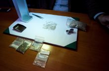 Kongietis kilogramą deimantų slėpė apatiniuose