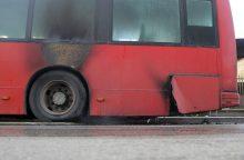 Baltų prospekte užsidegė keleivinio autobuso padanga