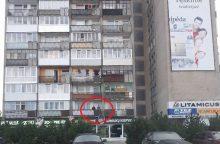 Neįtikėtina: iš balkono – šūviai į praeivius