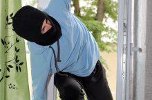 Paaugliai iš namo pavogė striukes, kailinius, išardė mūrinį pečių