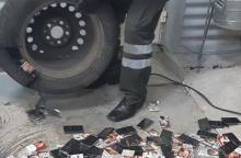 Cigaretes gabeno išslapstęs įvairiose automobilio vietose