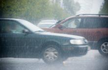 Girtam vairuotojui koją pakišo smarkus lietus