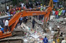 Indijoje sugriuvus renovuojamam namui žuvo mažiausiai 17 žmonių