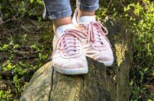 Kai spaudžia batai, geriau vaikščioti basam