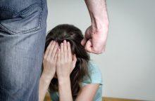 Penkių vaikų akivaizdoje sumušta moteris