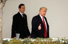 Namo grįžusį D. Trumpą pasitinka naujas skandalas dėl ryšių su Rusija