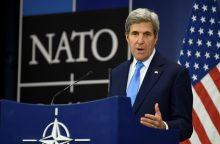 J. Kerry: JAV įsipareigojimai NATO yra nesvyruojantys nepaisant D. Trumpo