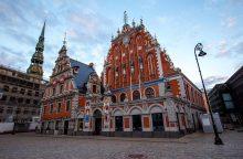 Latvių policija nubaudė tris užsieniečius, laksčiusius nuogus Rygos senamiestyje