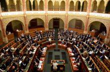 Vengrija priėmė įstatymą, numatantį bausmes migrantams padedančioms organizacijoms