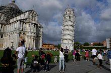 Pasviręs Pizos bokštas šiek tiek atsitiesė