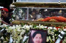 Indijos politikos žvaigždė Jayalalithaa palaidota gedint šimtams tūkstančių žmonių